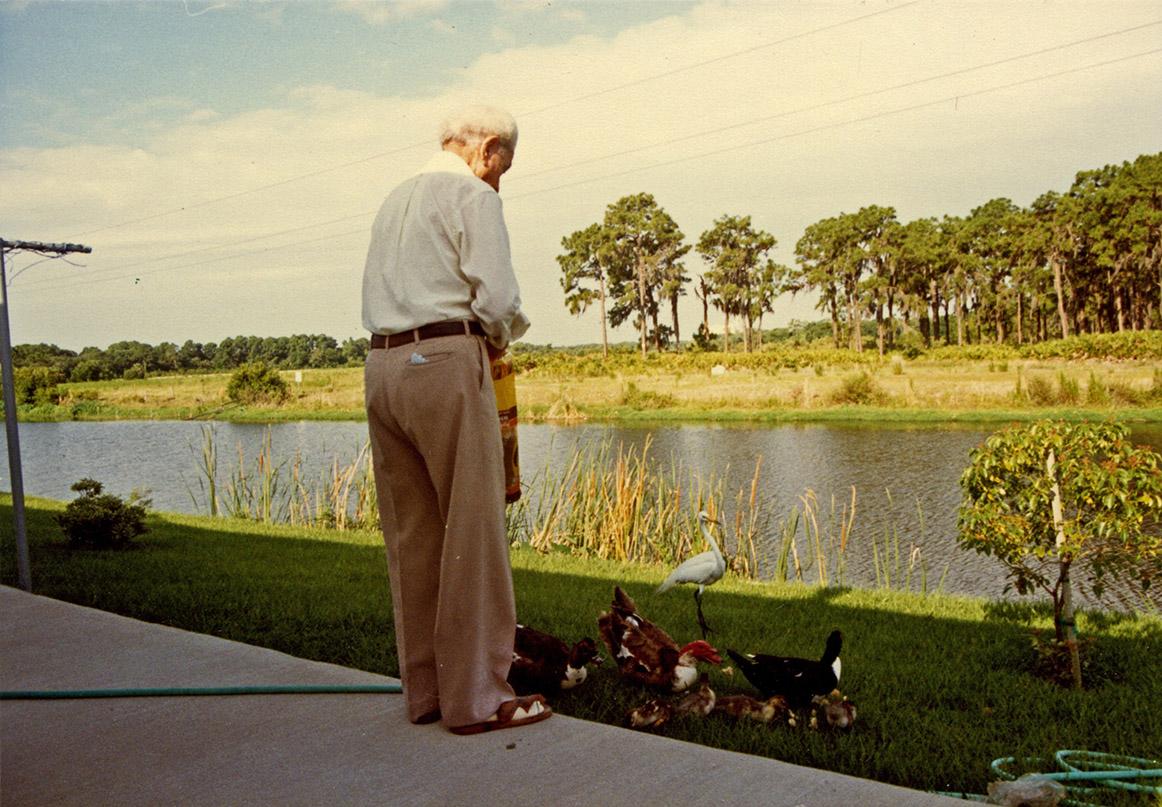 Ο Γιώργος Κατσαρός ταΐζει τα πουλιά